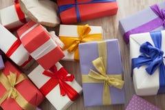 Año Nuevo de la tela escocesa de muchos regalos de la Navidad Fotos de archivo