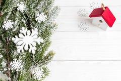 Año Nuevo de las decoraciones de la Navidad en la opinión superior del fondo de madera Foto de archivo libre de regalías