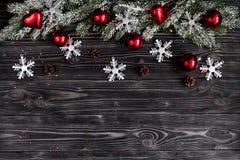 Año Nuevo de las decoraciones de la Navidad en la opinión superior del fondo de madera oscuro Imagen de archivo libre de regalías