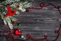 Año Nuevo de las decoraciones de la Navidad en la opinión superior del fondo de madera oscuro Fotos de archivo libres de regalías