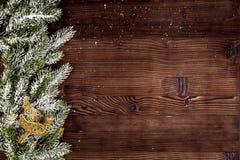 Año Nuevo de las decoraciones de la Navidad en la opinión superior del fondo de madera oscuro Fotografía de archivo