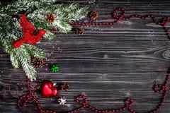 Año Nuevo de las decoraciones de la Navidad en la opinión superior del fondo de madera oscuro Imágenes de archivo libres de regalías