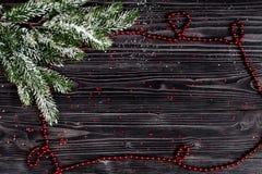 Año Nuevo de las decoraciones de la Navidad en la opinión superior del fondo de madera oscuro Imagenes de archivo