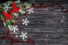 Año Nuevo de las decoraciones de la Navidad en la opinión superior del fondo de madera oscuro Imagen de archivo