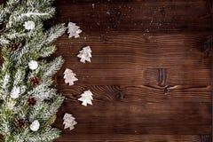 Año Nuevo de las decoraciones de la Navidad en la opinión superior del fondo de madera oscuro Fotos de archivo