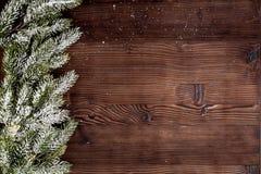 Año Nuevo de las decoraciones de la Navidad en la opinión superior del fondo de madera oscuro Fotografía de archivo libre de regalías