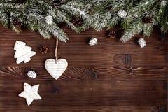 Año Nuevo de las decoraciones de la Navidad en la opinión superior del fondo de madera oscuro Foto de archivo