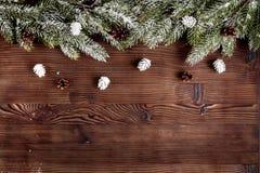 Año Nuevo de las decoraciones de la Navidad en la opinión superior del fondo de madera oscuro Foto de archivo libre de regalías