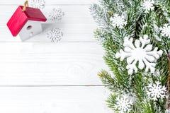 Año Nuevo de las decoraciones de la Navidad en la opinión superior del fondo de madera Imagenes de archivo