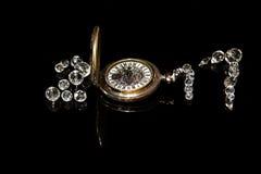 Año Nuevo 2017 de las gotas y del reloj de bolsillo cristalinos, reflexiones, fondo aislado, negro Fotografía de archivo libre de regalías