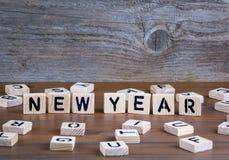 Año Nuevo de letras de madera en fondo de madera Foto de archivo