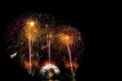 Año Nuevo 2017 de los fuegos artificiales - fuego artificial colorido hermoso con el lig Foto de archivo libre de regalías