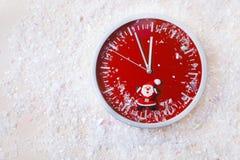 Año Nuevo de pared del reloj del fondo del selebration blanco rojo de la nieve Imagenes de archivo