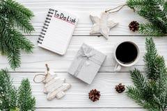 Año Nuevo de planificación Cuaderno con para hacer la lista cerca de los juguetes de la Navidad, de rama spruce y de pinecones en Imagen de archivo libre de regalías