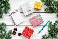 Año Nuevo de planificación El cuaderno con para hacer la lista cerca de las cajas de regalo, la rama spruce y los pinecones en el Fotos de archivo libres de regalías
