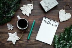 Año Nuevo de planificación El cuaderno con para hacer la lista cerca de los juguetes de la Navidad, la rama spruce y los pinecone Foto de archivo