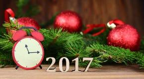 Año Nuevo 2017, decoración del árbol de navidad con una rama de un abeto y figuras de madera del año que viene, Fotos de archivo libres de regalías