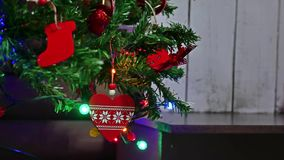 Año Nuevo del árbol interior de los regalos de la Navidad y luces y chimenea del centelleo del sitio de los juguetes Imagen de archivo
