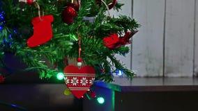 Año Nuevo del árbol interior de los regalos de la Navidad y luces y chimenea del centelleo del sitio de los juguetes Imagen de archivo libre de regalías