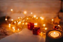 Año Nuevo del bokeh de oro y decoraciones de la Navidad, defocused Foto de archivo libre de regalías