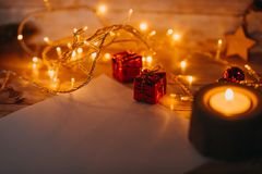 Año Nuevo del bokeh rojo de oro y decoraciones de la Navidad, defocused Imagenes de archivo