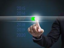 Año Nuevo 2017 del botón del presionado a mano del hombre de negocios Imagen de archivo libre de regalías