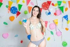 Año Nuevo del evento del partido de baile del bikini de la muchacha que lleva caliente atractiva o b foto de archivo