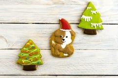 Año Nuevo del perro amarillo Perro festivo y un árbol de navidad Fotografía de archivo