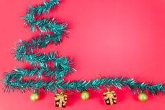 Año Nuevo del rastro del arco iris Los árboles de navidad se colocan junto con yo Foto de archivo libre de regalías