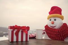 Año Nuevo del regalo del té del muñeco de nieve Día de fiesta y celebración felices Foto de archivo