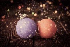 Año Nuevo del vintage, fondo de la Navidad con las decoraciones azules y rojas de la Navidad Foto de archivo libre de regalías
