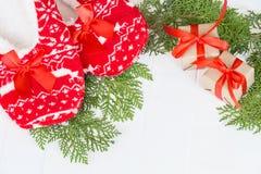 Año Nuevo, deslizadores de la Navidad en el fondo de madera blanco Alrededor de la rama del pino Divertido, divertido, acogedor Foto de archivo libre de regalías
