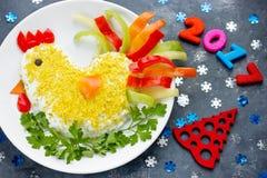 Año Nuevo divertido 2017 del símbolo de la ensalada del gallo o del gallo Fotografía de archivo libre de regalías