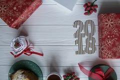 Año Nuevo e invierno fijados en el fondo de madera blanco con los detalles rojos y verdes y blancos, 2018 de oro y blanco rayado Foto de archivo
