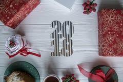 Año Nuevo e invierno fijados en el fondo de madera blanco con los detalles rojos y verdes y blancos, 2018 de oro y blanco rayado Fotos de archivo