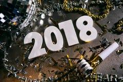 Año Nuevo: El considerar abajo 2018 números con Noisemaker y disco Foto de archivo libre de regalías