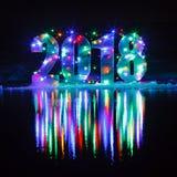 Año Nuevo 2018 El número es iluminado por una guirnalda Foto de archivo