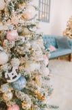 Año Nuevo en árbol de navidad brillante de los colores fotos de archivo libres de regalías