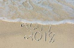 Año Nuevo 2018 en arena de la costa Fotos de archivo