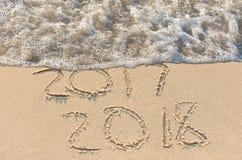Año Nuevo 2018 en arena de la playa Foto de archivo libre de regalías