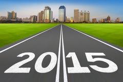 Año Nuevo 2015 en concepto corriente de la pista con la ciudad moderna Imágenes de archivo libres de regalías