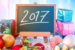 Año Nuevo 2017 en el tablero de tiza verde Estilo del dibujo de la mano con deco Imagen de archivo