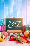 Año Nuevo 2017 en el tablero de tiza verde Estilo del dibujo de la mano con deco Imágenes de archivo libres de regalías