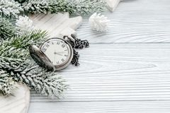 Año Nuevo en fondo de madera con la opinión superior del reloj Foto de archivo