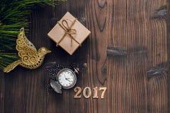 Año Nuevo en fondo de madera con la opinión superior del reloj Fotos de archivo libres de regalías
