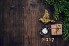 Año Nuevo en fondo de madera con la opinión superior del reloj Imagen de archivo libre de regalías