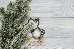 Año Nuevo en fondo de madera con la opinión superior del reloj Imágenes de archivo libres de regalías