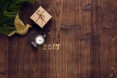 Año Nuevo en fondo de madera con la opinión superior del reloj Fotos de archivo