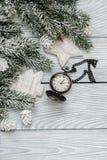 Año Nuevo en fondo de madera con la opinión superior del reloj Fotografía de archivo libre de regalías
