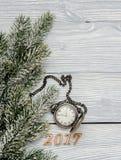 Año Nuevo en fondo de madera con la opinión superior del reloj Foto de archivo libre de regalías